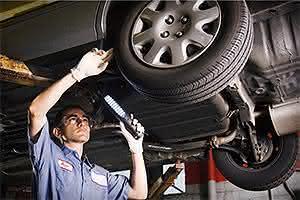 mecânico alinhando rodas