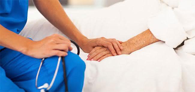 enfermeira cuidando